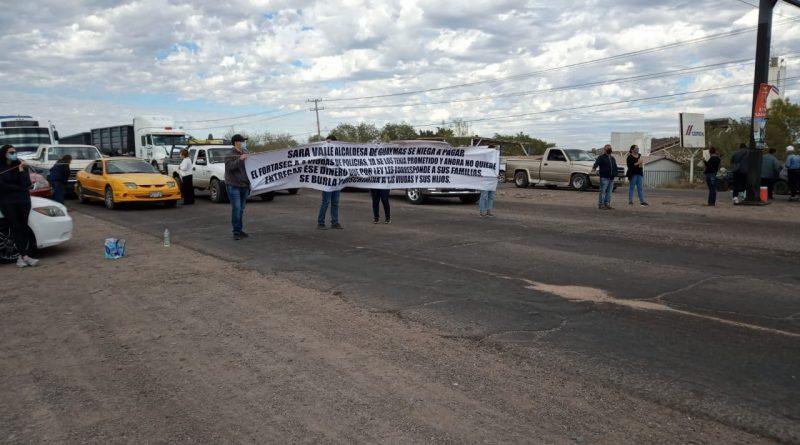 Cierran carreteras viudas de policías por incumplimiento de Sara Valle