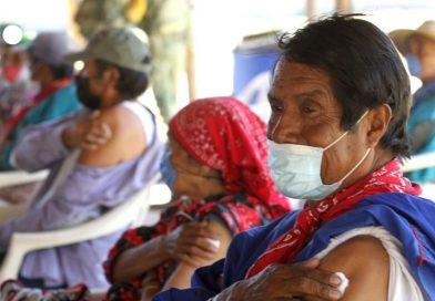 Indígenas mexicanos se vacunan bajo el asedio del narco