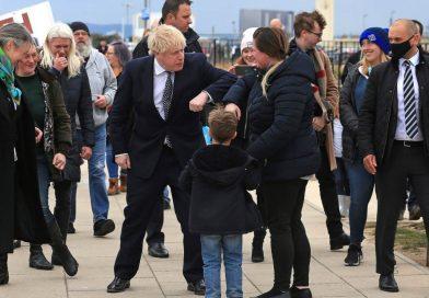Inglaterra, cerca de los abrazos al bajar nivel de alerta por COVID-19