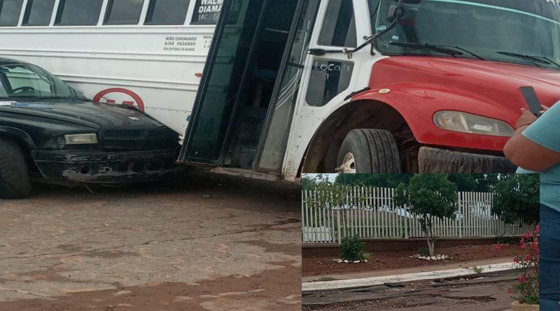 Camión de la ruta San José choca al transitar  en sentido contario al querer evadir calle con baches a un costado de cobach